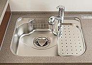 水を流すときの反響音を抑制。取り外しが自由な水切りプレート付きなので、キッチンが広く使えます。