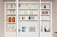 三面鏡裏に小物等を収納できるスペースを確保。化粧品などをすっきりと整理できます。