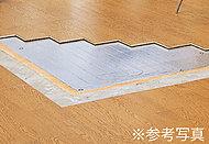 足元から部屋全体を温める、大阪ガスの温水床暖房「ヌック」を標準装備。風が起きないのでホコリが舞うこともなく、ハウスダストの減少にも効果的。