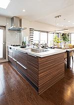 クリエイティブな空間として、先進の機能でまとめたキッチン。キッチン空間には、毎日の使い勝手の視点から動線への配慮やゆとりのスペースを確保。また、先進の設備機器採用や収納スペースの充実など、お料理を夢中で楽しんでいただけるよう工夫しています。