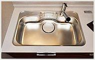 気になる水はね音を抑え、中華鍋もラクラク洗える大型シンクを採用しました。