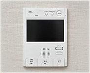 カラーモニターで見やすく、ボタンひとつで通話できる、ハンズフリータイプです。録画・録音機能付で不在時も安心です。