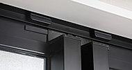 玄関ドア及び居室窓(面格子付窓及びFIX窓を除く)に、不正なドアや窓の開閉を24時間監視センターに通報する防犯マグネットセンサーを設置。