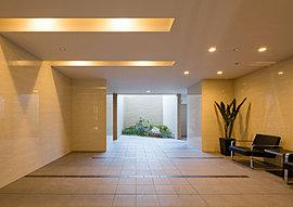 伸びやかな空間で心地よい歓待を演出するエントランスホール。正面奥には坪庭風の植栽スペースを設け、自然な緑の風景と明るく開放的な雰囲気を創出。歩くたびに日常の暮らしの中に余裕を感じさせるとともに、ここで暮らす贅沢感をも広げてくれます。