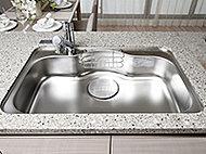 幅・奥行にゆとりをもたせ大きなお鍋もラクに洗えるスペースを確保。水ハネ音やスプーンなどの落下音を軽減する静音仕様です。