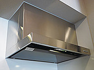 吸気効率を高める整流板付き。油汚れのお手入れがカンタンなホーロー製の整流板は取り外しもカンタンなので丸洗いOKです。