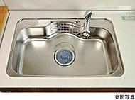 シンクの裏側に振動を軽減する制振材を使い水はね音をやさしく抑えます。