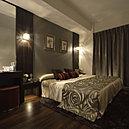 グレイ系の化粧壁、ホワイトの天井、建具のダークブラウンでコントラストを強調し、落ち着いた雰囲気に仕上げた主寝室。単に眠るだけの部屋ではなく、ご夫婦のプライベート・リビングとして提案しています。
