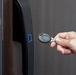 住戸玄関はボタンを押して鍵をかざせば解錠できるノンタッチキー。