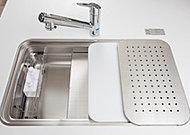 シンク内に水切りプレートや調理プレートがセット可能。家事がはかどる機能性の高いシンクです。