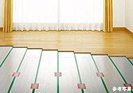 リビング・ダイニングにガス温水式のTES床暖房を設置しました。ホコリ等を巻き上げることなく乳幼児にも安心です。