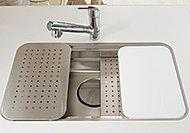 「洗う、調理する、片付ける」を効率的にしたユーティリティシンク。水はね音などを低減する低騒音仕様です。