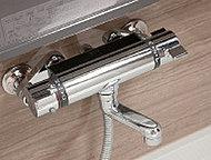 シャワー中に吐水、止水を繰り返しても、お湯の温度がふらつかず安心なサーモスタット混合水栓を採用しました。