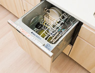 簡単操作で家事時間が短縮できる食器洗浄乾燥機を採用。手洗いに比べ、節水効果も期待できます。