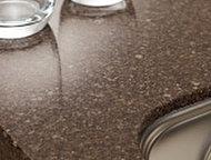 カウンターの天板は、高級感のあるフィオレストーンを採用。傷や水、汚れに強い素材で清掃性にも優れています。