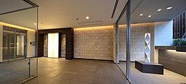 アートを設けた回廊型のエントランスホール。