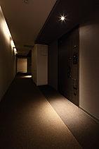 ホテルのような落ち着いた廊下。