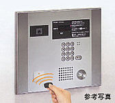 キーをかざすだけでエントランスのドアが開きます。また、エレベーターも連動して1階に呼び出す自動着床機能付です。