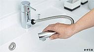 洗面化粧台には、洗髪、洗面ボウルのお手入れに便利なホース付き水栓を採用しています。