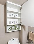 トイレットペーパー、その他の収納に便利な可動棚付吊戸棚です。花なども置ける飾棚も設けました。