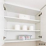 トイレットペーパー、その他の収納に便利な可動棚付収納です。