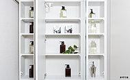 化粧品や洗面用具の収納にピッタリのスペース。使い勝手の良さを高めています。