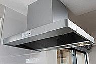レンジフードはスタイリッシュなデザイン。キッチンをいつも清潔に保ちます。