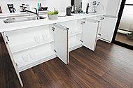 キッチンのダイニング側には、たっぷり収納でき、整理に重宝するキャビネットを設置しました。