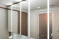 鏡の間にLED照明を設置。鏡を見る際に影が出来にくく、メイク等をサポートします。