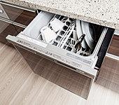システムキッチンと一体化し、スペースもスッキリ使える食器洗浄乾燥機