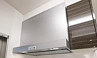 フッ素塗装整流板(油をはじくオイルガード塗装)の効果で油煙捕集力も清掃性もアップ。スポンジで洗えるフィルターを採用したスリムなデザインです。