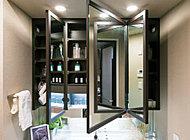 洗面化粧台には、木のフレーム付きの三面鏡を採用。洗練されたデザインで落ち着いた雰囲気を演出します。