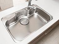 シャワー水栓の水はね音を大幅に抑制する静音シンクを採用。中華鍋などの大きなものもラクに洗えるワイドサイズも魅力です。