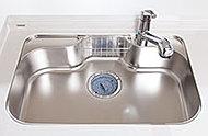 静音仕様の採用で、水はね音などを軽減します。大きな調理器具や食材も洗いやすい広さと深さを確保しています。