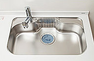 かさばる調理器具や大きな野菜など洗いやすい広さと深さ。水はね音を軽減する静音設計を採用しています。