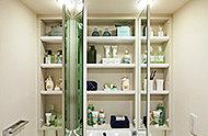 洗面室の三面鏡は裏側がすべて収納スペースになっているため、化粧品などの小物類がすっきり仕舞えます。