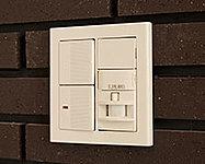 人を感知すると、自動的に点灯・消灯する人感センサーを玄関に設置。間接照明ですので、明るすぎず、帰宅した人を優しく照らします。