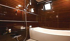快適性と機能性が息づく。穏やかな包容力にゆだねる上質の安らぎ。ゆるやかにカーブした浴槽にからだを解き放つひととき。心からリラックスできる居心地のいい空間であることはもちろん、快適性や安全性、細やかな心配りを尽くした充実仕様です。