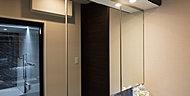 鏡裏に豊富な収納スペースを確保した三面鏡。防曇ヒーター・コンセント(内部)等便利な機能を備えています。