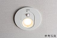 玄関ホールには人の通る気配を察知して自動点灯するオートライトを設置。夜遅くに帰宅しても安心です。