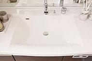 人造大理石製のスタイリッシュなボウル一体型カウンター。排水口のまわりの金属部分をなくしたフランジレス排水口で水垢がつきにくくお手入れが簡単。