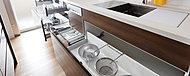 スライド式で取り出しやすい大容量の収納スペースはキッチンの整理に重宝します。