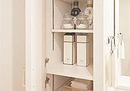 すっきりとした機能的な収納に役立つリネン庫を設置。タオルや洗剤などのストックをスマートに収納できます。