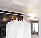 24時間換気機能や暖房・涼風機能、乾燥機能などの快適な機能を備えた、浴室換気暖房乾燥機を装備。