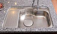 シンクに当たる水や食器の音を軽減。大きい鍋を置くことが出来る形状と、排水を妨げない排水口の工夫もうれしい配慮。