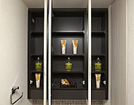 鏡裏に収納スペースをご用意。化粧品など小物類の収納にも大変便利です。