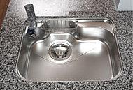 シンクに当たる水や食器の音を軽減。大きい鍋を置くことが出来る形状と、排水を妨げない排水口の工夫もうれしい配慮です。