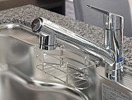 デザイン性と機能性を兼ね備えた浄水器一体型混合水栓を採用。常に清潔な水を利用でき、お料理や飲料水として大変便利です。