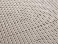 切り出した石をそろえたような表面パターンにより水はけをよくする加工を施した床。水の表面張力を壊す効果により、乾きやすくお手入れも簡単です。