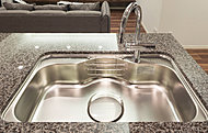 流水音を軽減する低騒音仕様。大きな鍋も洗いやすいワイドな設計です。